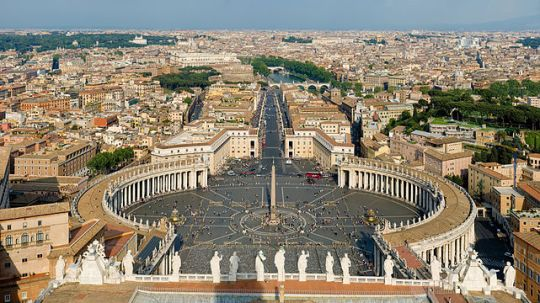 641px-St_Peter's_Square,_Vatican_City_-_April_2007